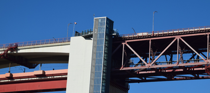 O elevador panorâmico do centro de interpretação, Pilar 7 da Ponte 25 de Abril